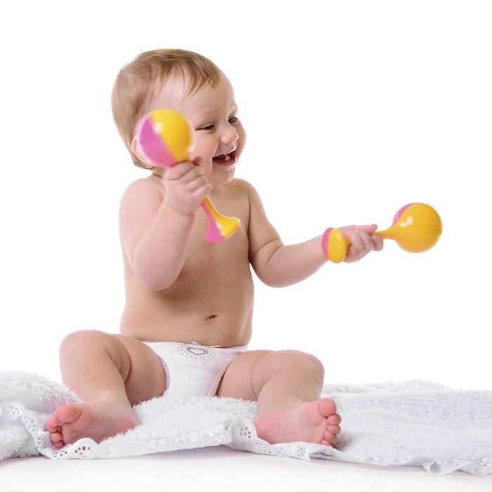 eb657a594 Entre los 3-4 meses, esperamos que el bebé intente empezar a sujetar el  sonajero. Puede que lo haga con dificultad ya que algunos sonajeros pesan y  todavía ...